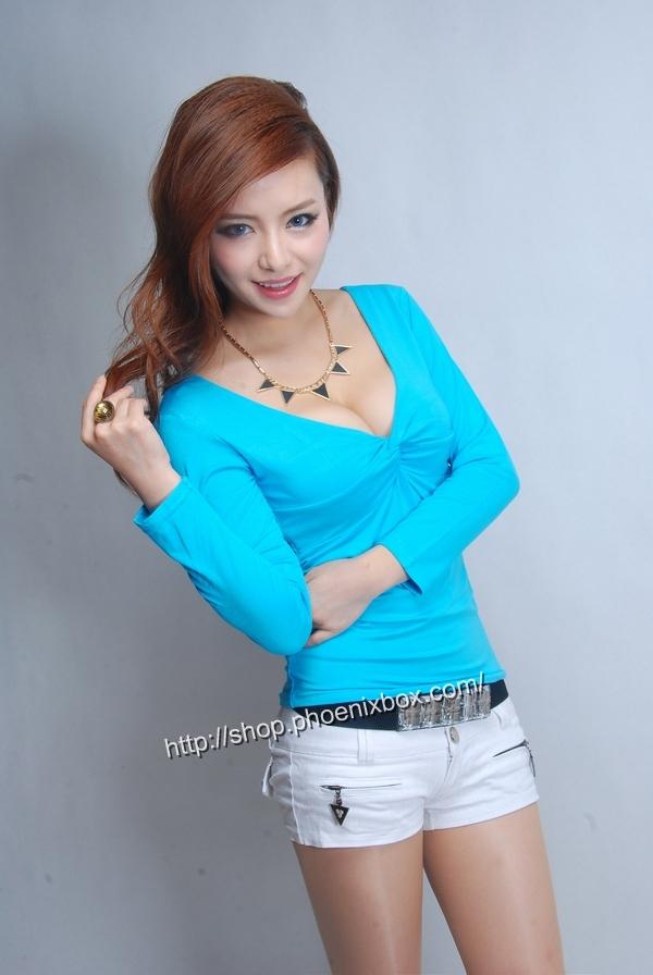 ボディコン通販の商品:セクシー長袖Tシャツ・ブルーE3016・素人着用写真2